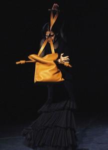 Mar°a PagÇs y bolso Flamenco 1 (foto Javier Mor†n)